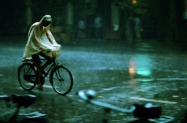 frank-horvat-madras-india-cyclist-in-mon