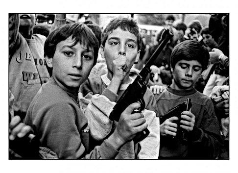 Letizia battaglia bambini pistola.jpg