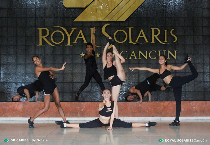 The team of dancers of Royal Solaris Cancún, with the soul in the stage!