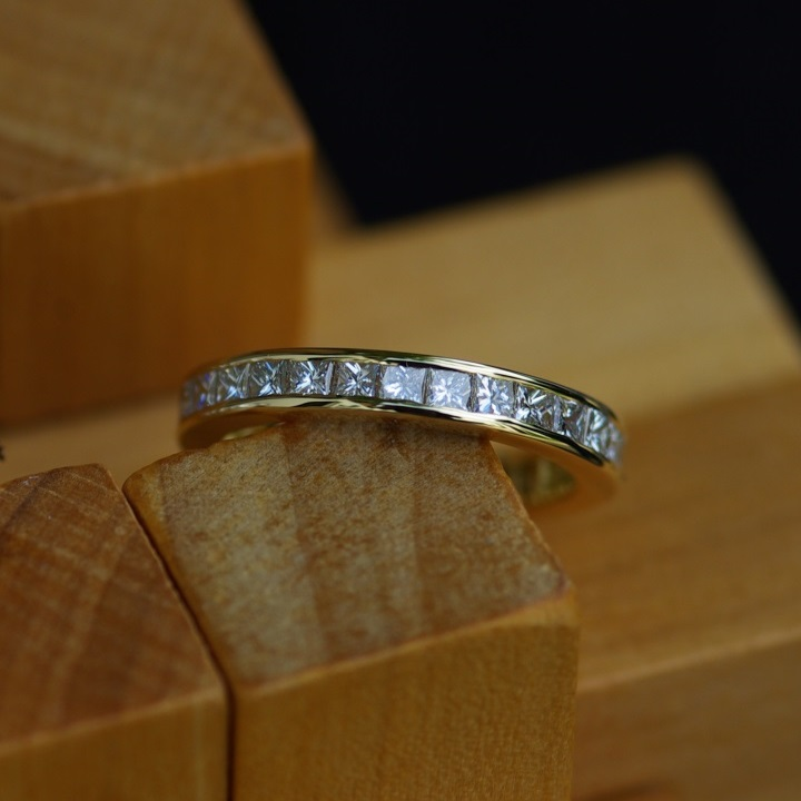 18ct Gold & Dia. Channel Set Ring