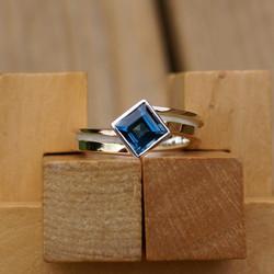 Twisted Step ring w. Blue Topaz
