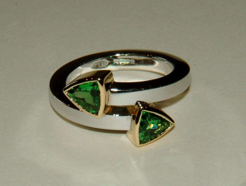 Cross-over ring w. 2 Green Garnets
