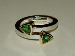Cross-over ring w. 2 Green Garnets
