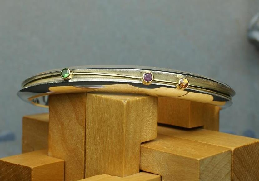 Double bangle w. 3 Garnets on band