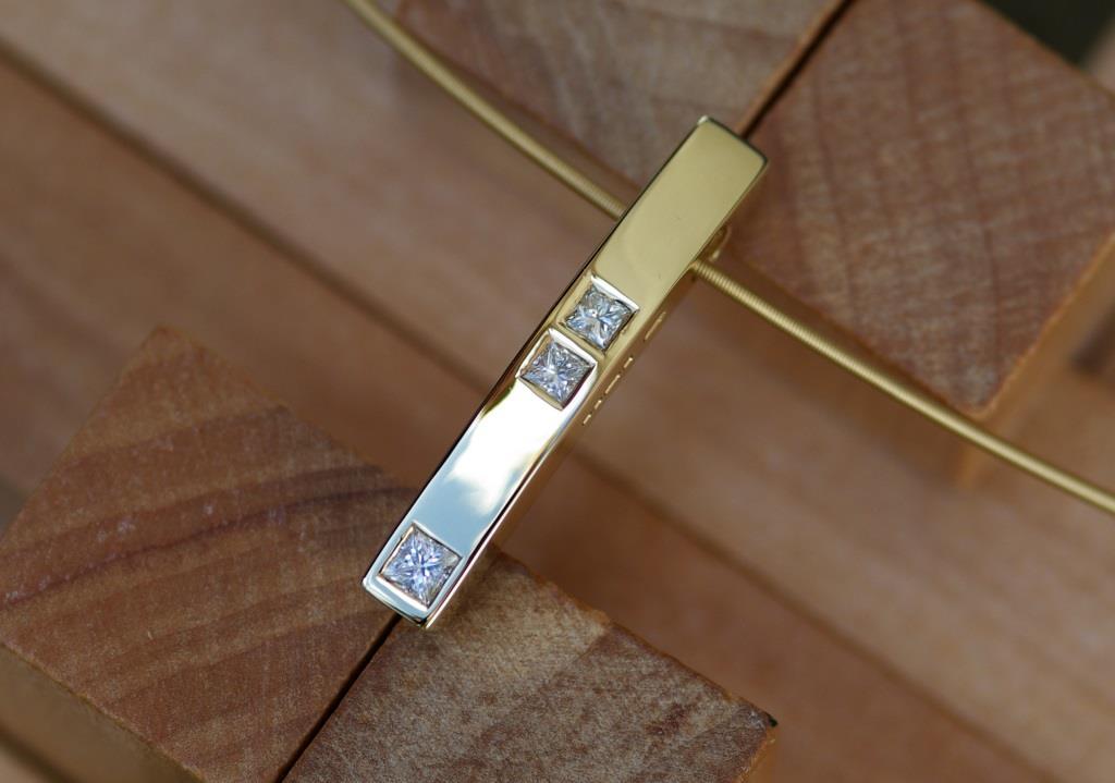 Bowed Stick Pendant w. 3 Princ. Dia