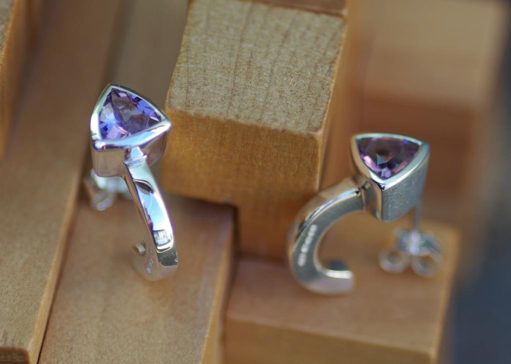 Hoop Earrings w. Trilliant Amethysts