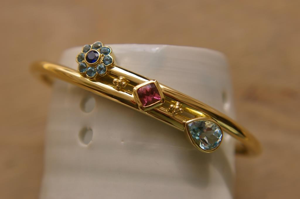 18ct Cross-over Bangle w. Stones
