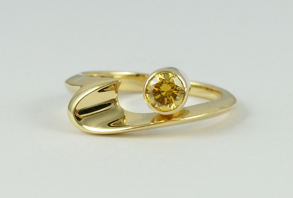 Wave ring with yellow Diamond