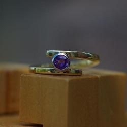 Mini Cross-over Ring w. Amethyst