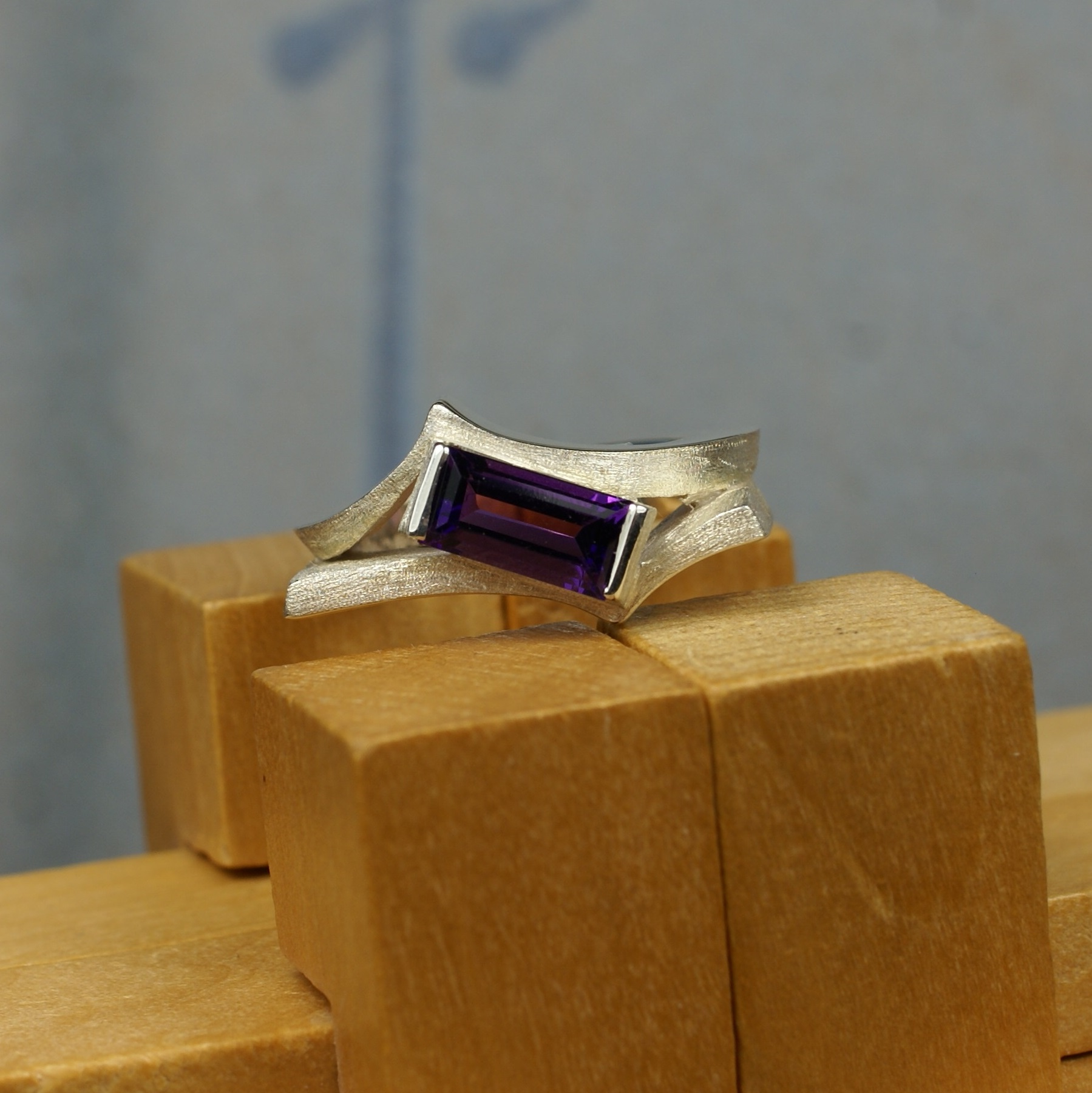 Sculpture ring with Amethyst