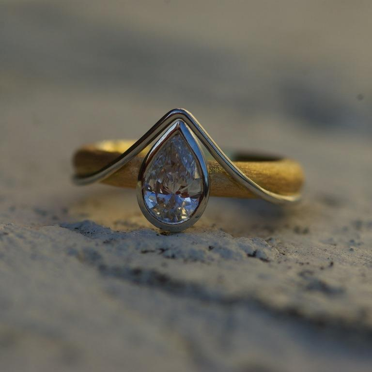 18ct Gold, Platinum and Diamond Ring