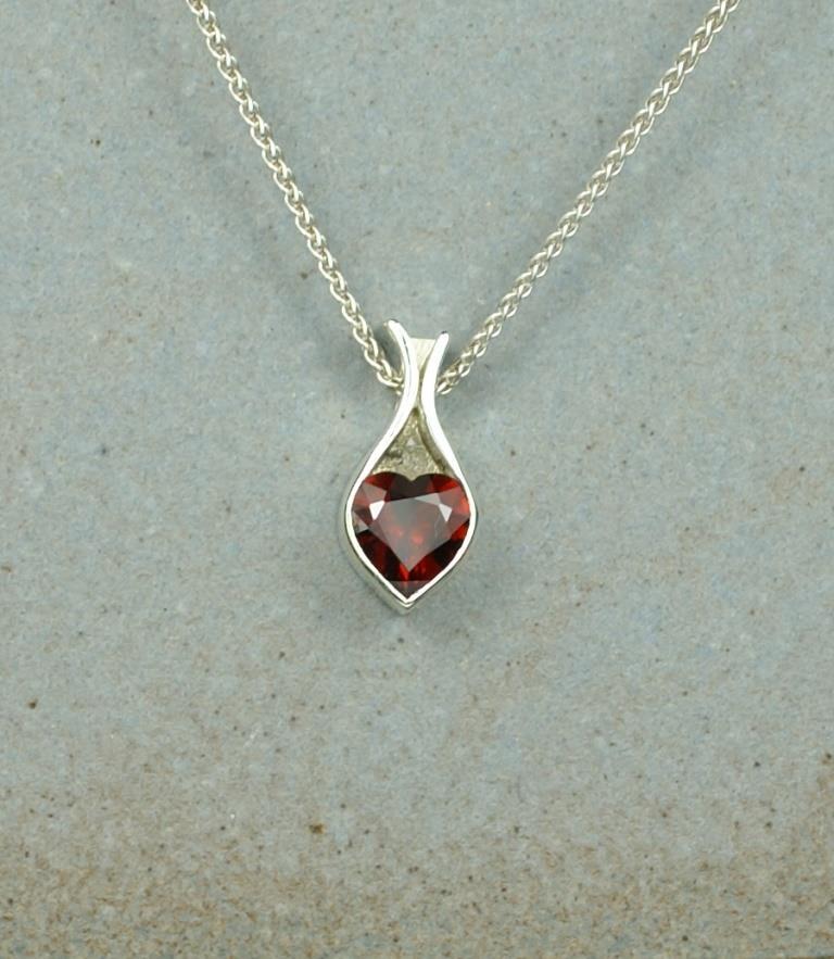 Bag pendant with Garnet