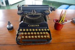 x Hemingways typewriter