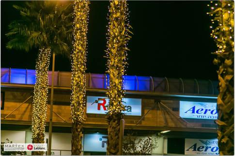 תאורה בכניסה למרכז מסחרי