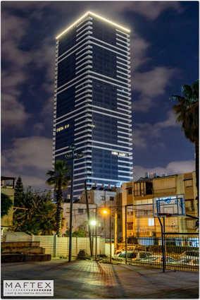 תאורה לחזית בניין משרדים.jpg