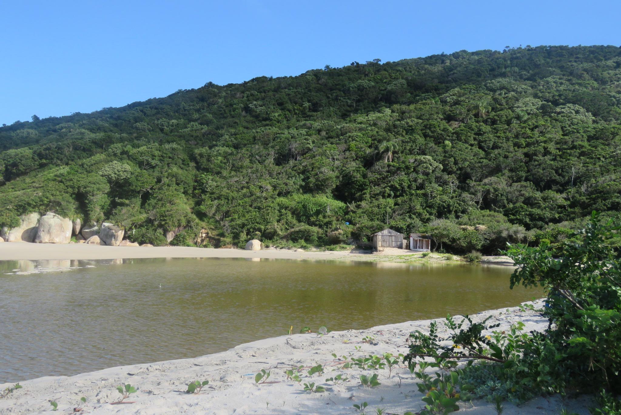 riozinho no canto da praia