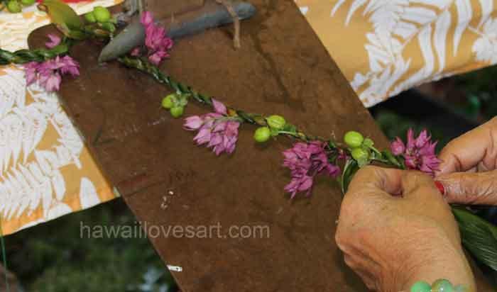 braid a lei using a clipboard