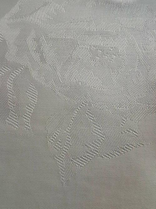 Бяла сатенирана коприна на рози