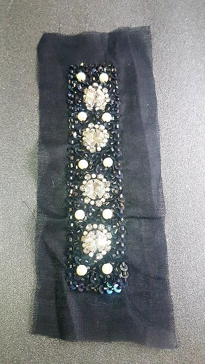 Апликация с перли, камъни и черни паети