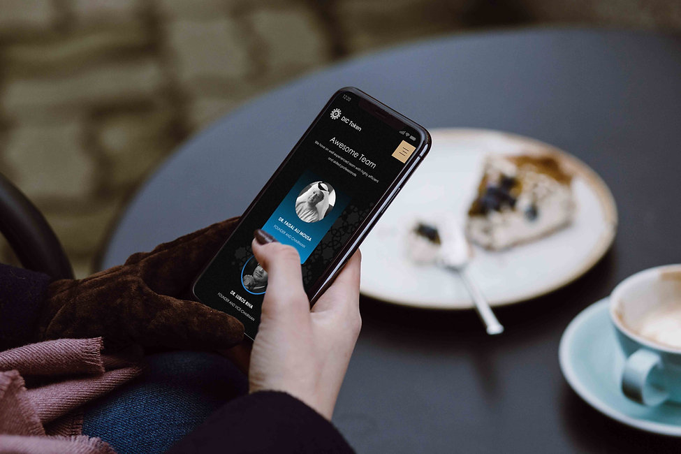 Woman_iPhone X_Cafe.jpg