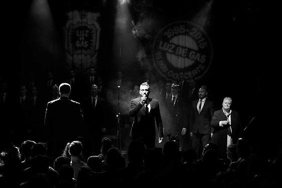 Cantante, traje, chicos guapos, espectáculo Gentleman, Barcelona Gay Men's Chorus