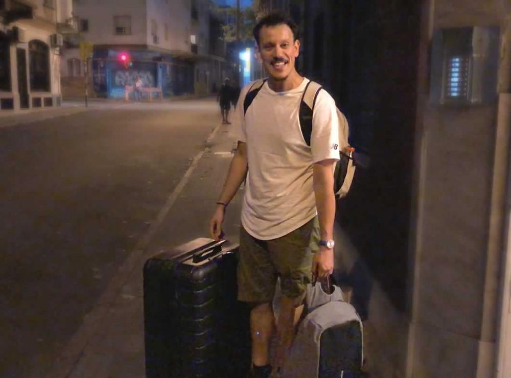 Geremy abandonando su casa con todas sus pertenencias
