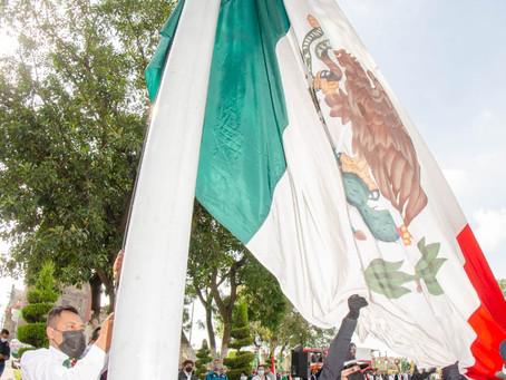 Realizan evento de izamiento de bandera en Zacatelco.