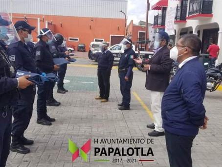 Entregan impermeables a personal administrativo de Papalotla