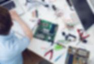 Elektriker arbejder på printkortet