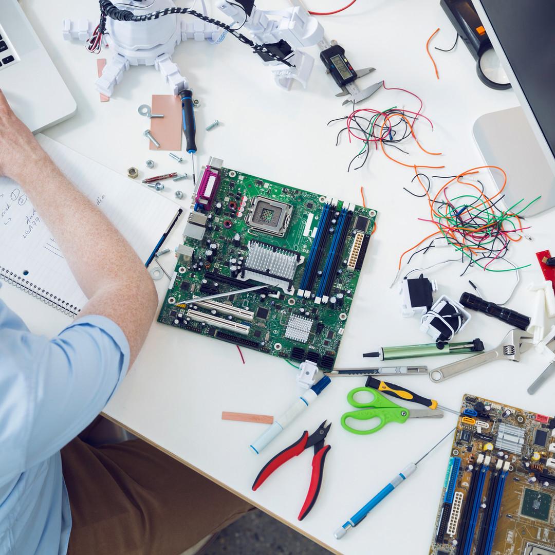 devre kartı üzerinde çalışan Elektrik Mü