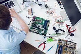 Elektroingenieur auf der Leiterplatte ar