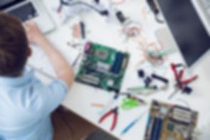 電気エンジニアは回路基板に取り組んで