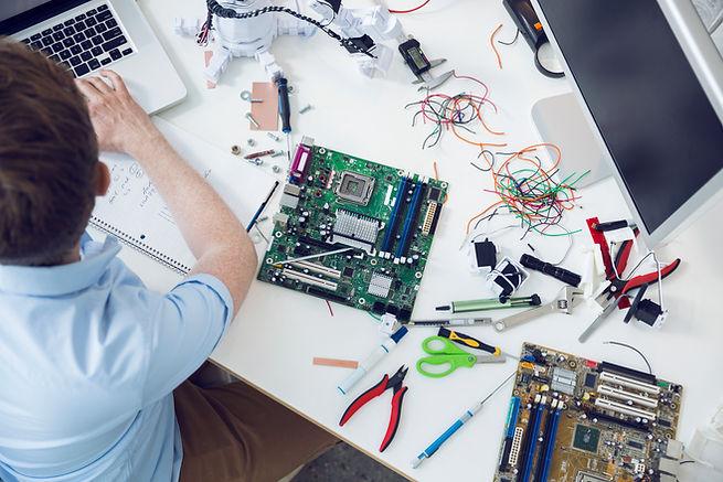 engenheiro eletricista trabalhando na pl