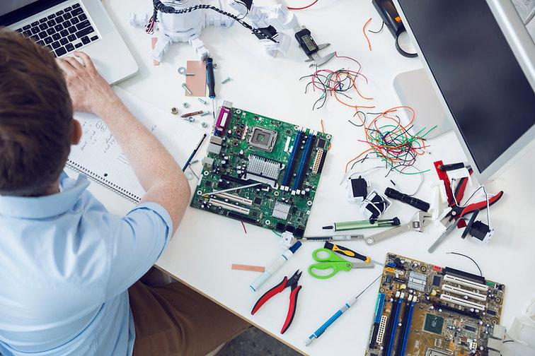 ingeniero eléctrico que trabaja en la ta