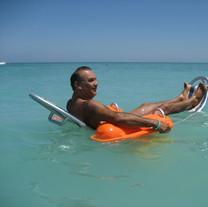 Vízi kerekes szék használat közben