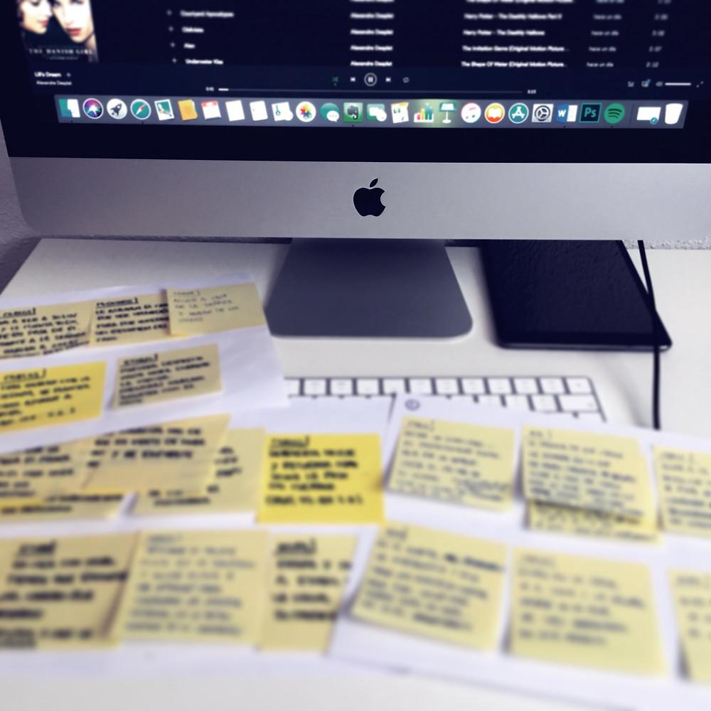 Para esta novela estoy utilizando post-it amarillos para la escaleta. Es un poco locura, pero más divertido. Y sobre todo, manejable
