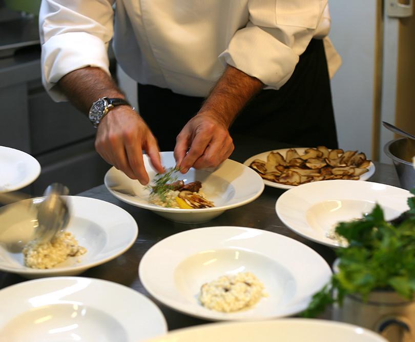Ein Gast kocht