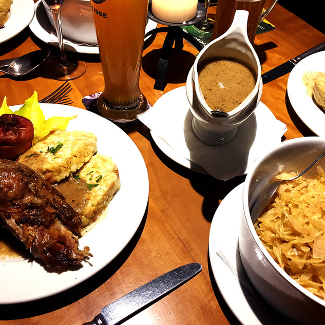 Tisch voll Essen und Gansl