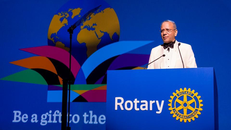 """Il Presidente eletto del RI, K.R. """"Ravi"""" Ravindran, annuncia il suo tema presidenziale per il 2015/2016, Siate dono nel mondo, alla sessione d'apertura dell'Assemblea Internazionale a San Diego, California, USA."""