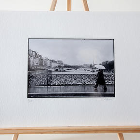 Titre : Parapluie au Pont de l'Archevêché - N° 02/10