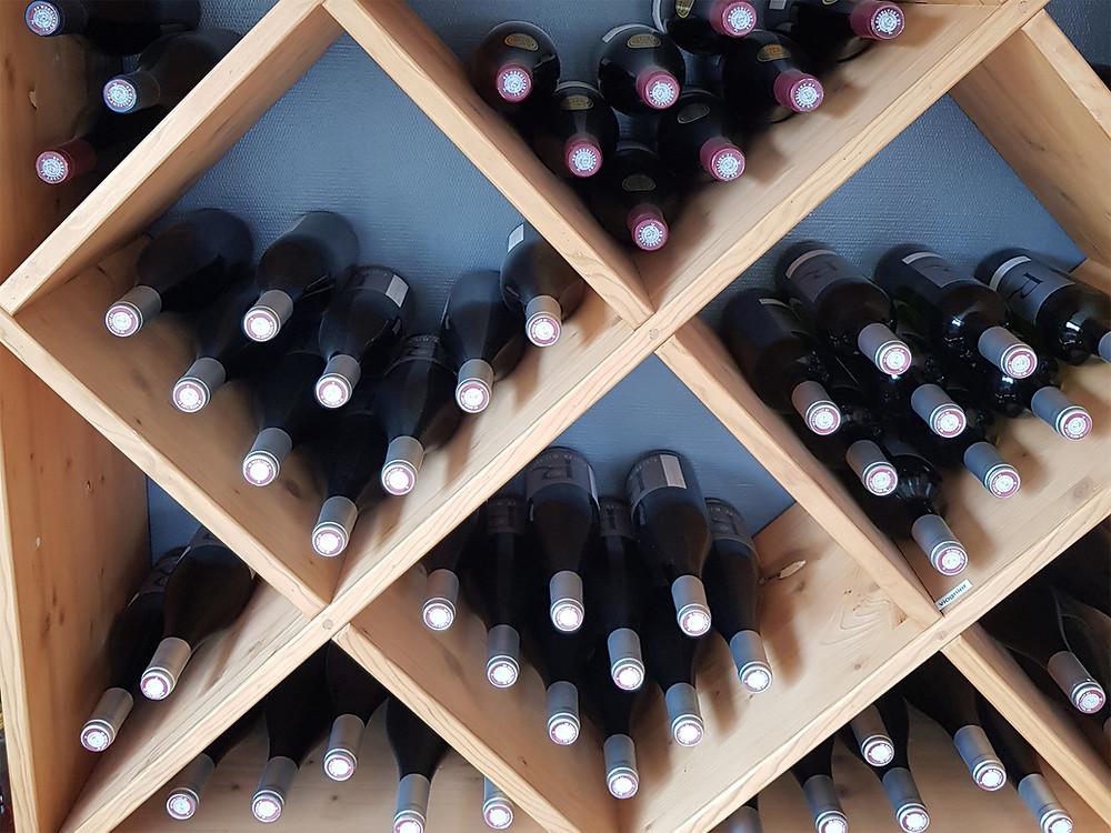 bouteilles rangées allongées