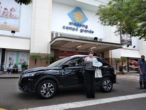 Vencedora da promoção Para Todas as Formas de Amar e Ser Mãe recebe carro zero km do Shopping Campo