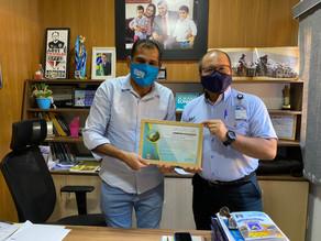 Vereador Betinho entrega moção a colaborador de empresa aérea