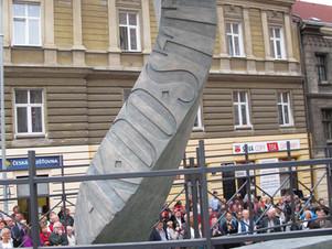 Odhalení plastiky k poctě básníka Jaroslava Seiferta