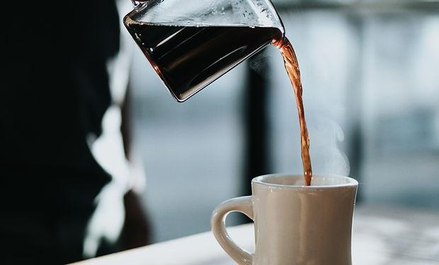 servindo café