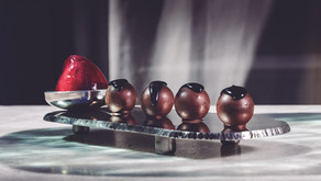 Bombones líquidos de chocolate blanco y yogur con sorbete de grosella negra by Compartir de Cadaqués