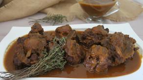 Rabo de toro guisado con vino tinto y verduras, para perderse en su salsa