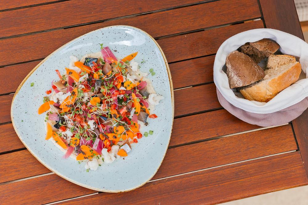 Caballa marinada y ahumada con hummus i láscas de coliflor (Rels) - GastroMadrid
