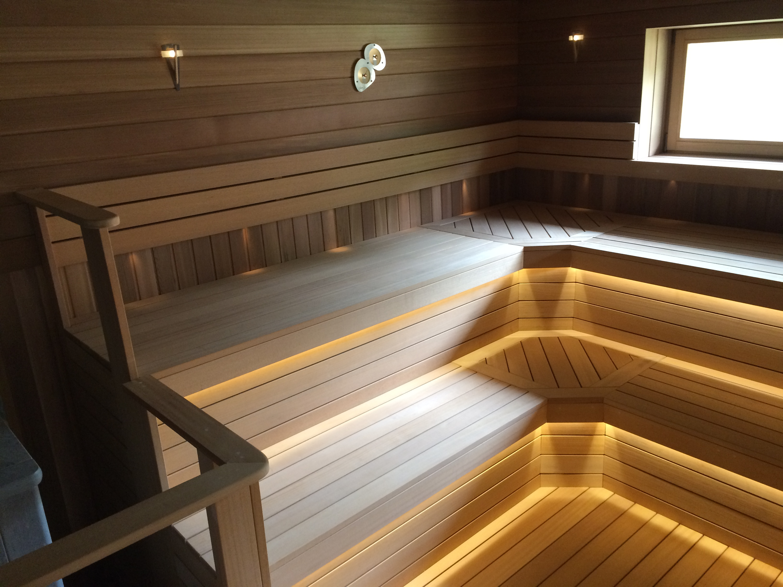 Полки в бане с фальш-полом