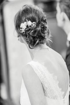Mit frischen kleinen Blüten habe ich Ariane´s Frisur aufgehübscht, ganz passend zum Vintage-Stil. Hierfür ist eine Beratung von der Floristin deines Vertrauens enorm wichtig, da die Blumen auch bei heißem Wetter nicht welk werden dürfen  Foto: Barbara Meyer-Selinger